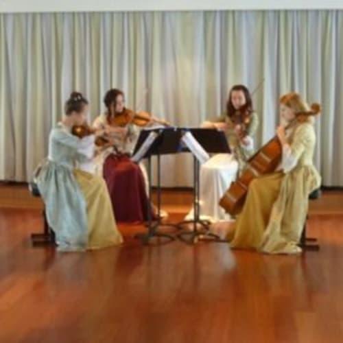 この日のあふらぬーんティーではモーツァルト時代の衣装での弦楽四重奏。 | 客船クリスタル・セレニティのクルー、アクティビティ、船内施設
