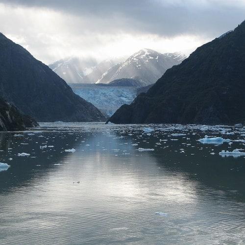 正面の氷河を見ながら、左側へ   トレーシー・アーム・フィヨルド(アラスカ州)