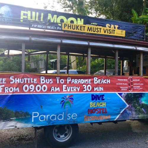 パトンは呼び込みと客引きが凄すぎて嫌なので、無料バスでパラダイスビーチへ。乗り場の近い所はパトンビーチ道路沿いの警察署前に一箇所、大きなクラブ前に一箇所。   プーケット