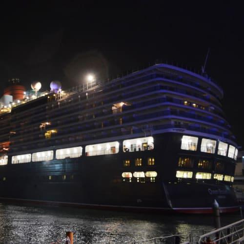 ようやくシャトルボートで帰り着いたヴェネチア港のクイーン・エリザベス号。 | ヴェネツィアでの客船クイーン・エリザベス