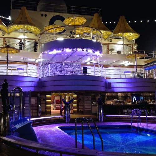 夜の船も綺麗   客船コスタ・ファシノーザの船内施設