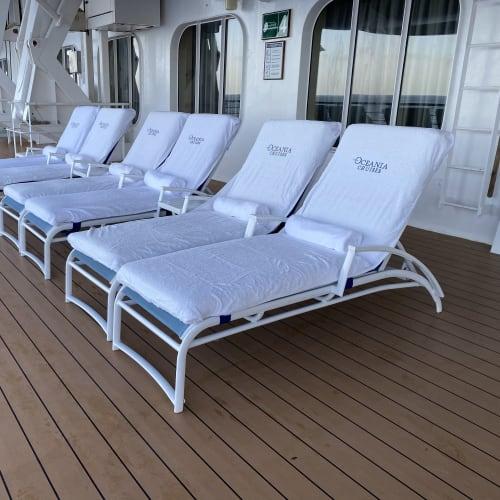フカフカで清潔感溢れるデッキチェアー | 客船シィレーナの船内施設