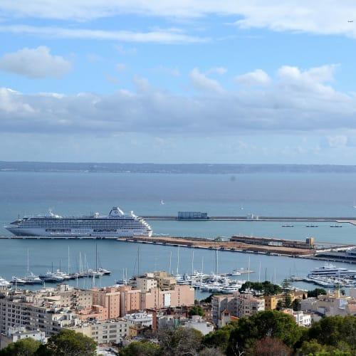 パルマデマヨルカ港のクリスタル・セレニテイ&オーシャニア・マリーナ | パルマ・デ・マヨルカ(マヨルカ島)での客船クリスタル・セレニティ