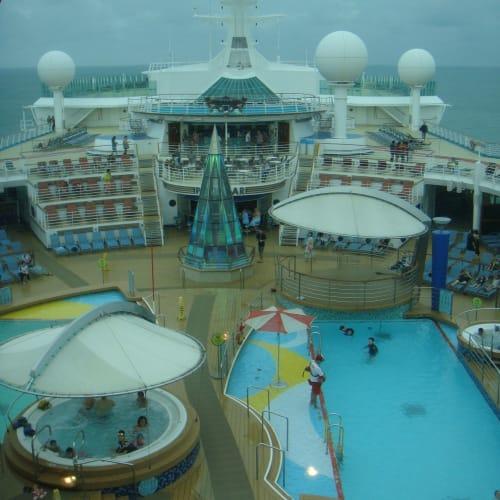 最上階のラウンジから見下ろすプール。 | 客船ボイジャー・オブ・ザ・シーズの船内施設