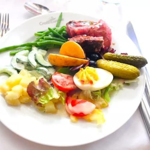 素朴な中にも見た目にもこだわった料理が並びます。 | 客船MSラファイエットのブッフェ、フード&ドリンク