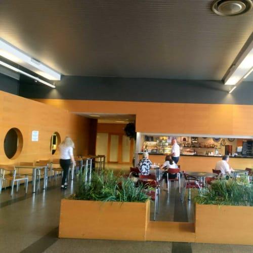 Aターミナルのカフェ。ここで軽食を食べ、コインロッカー用の硬貨をゲット。 | タリンでの客船バイキングXPRS