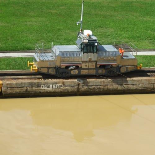 パナマ運河 船を引っ張る日本製の電気牽引車 | パナマ運河