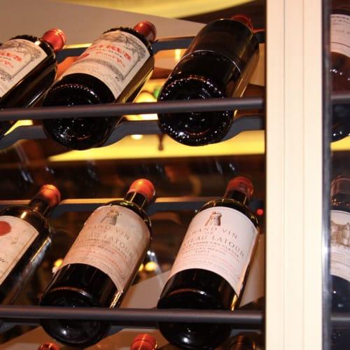レミーのワインセラーにて 下段中央の2本がシャトー・ラトゥール1961年 上段右端がシャトー・シュヴァル・ブラン1947年 | 客船ディズニー・ドリームのダイニング、フード&ドリンク