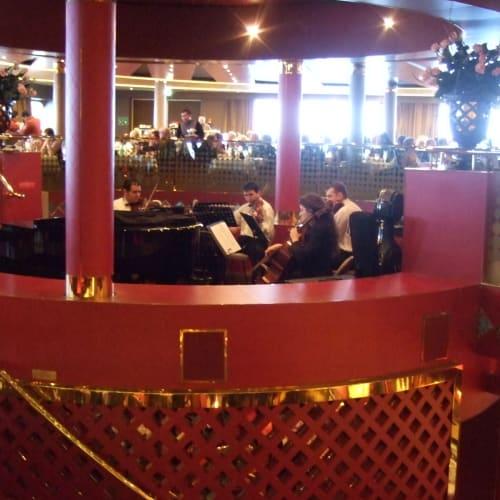 室内楽の演奏 メインダイニング | 客船ザイデルダムの船内施設