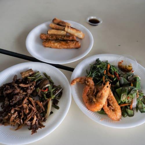 好きな具を選んで適当に注文。 ご飯は頼みませんでした。 3皿で1,500円ほど。 マレーシアの物価から考えたらかなり高額です。