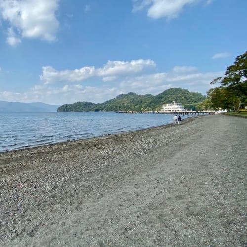 十和田湖は静かで湖岸に寄せる波音が楽しめる癒しのスポット。 | 青森