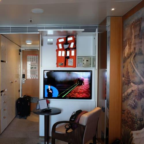 クローゼットも大きくて、お部屋は快適です。 | 客船コスタ・ネオロマンチカの客室