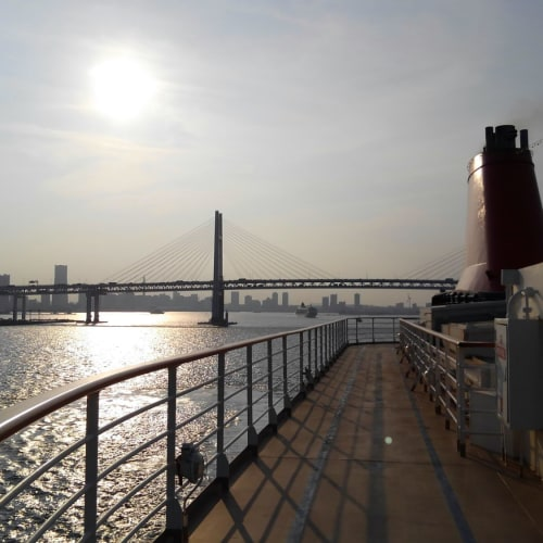 #ベイブリッジと夕日 | 横浜での客船にっぽん丸