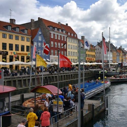 昔は船乗りの居酒屋街だったというコペンハーゲンの名所ニューハウンと港内観光船乗り場。 | コペンハーゲン