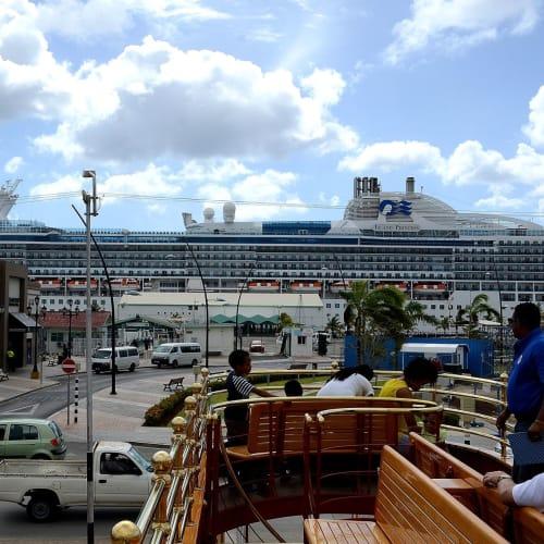 十三日目:アルバ島の街中を観光トラムで散策中 | オラニエスタッド(オランダ自治領アルバ島)での客船アイランド・プリンセス