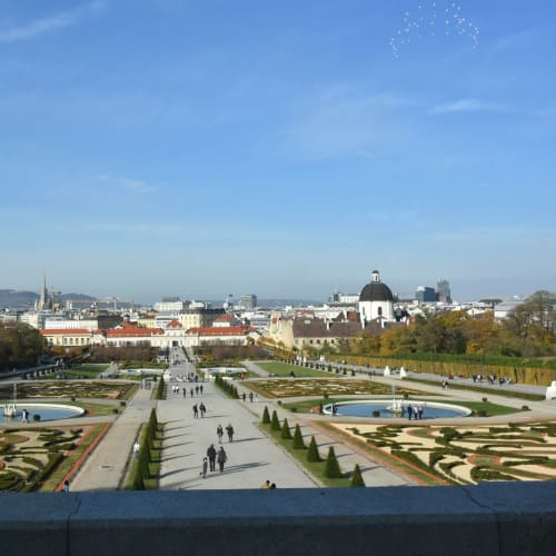 ベルヴェデーレ宮殿の上宮から見た庭園とウィーン市街 | ウィーン