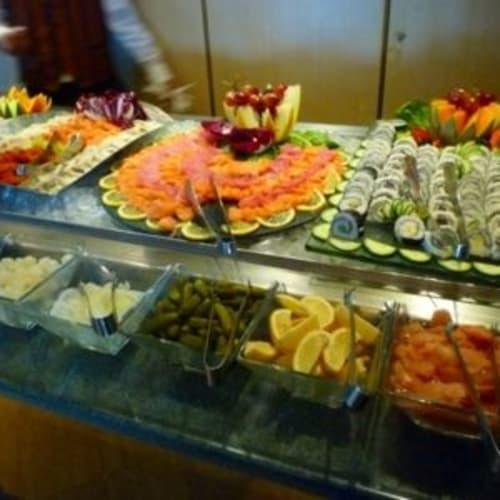 乗船後部屋ができるまでの間に食べたブッフェ。日本人が9名載っていたからか満足とは言えないけど、刺身や寿司がありました。 | 客船シルバー・クラウドのブッフェ、フード&ドリンク
