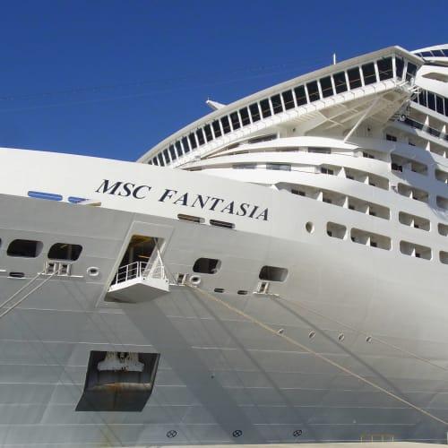 MSC ファンタジア まるでホテルをそのまま横にしたような。 全長333mって米空母と同じか。   客船MSCファンタジアの外観