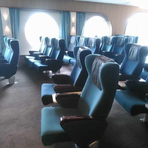 キャビン無しで乗る人のための、Airplane chairsという座席 | 客船ノヴァスターの船内施設