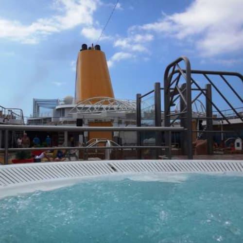 お風呂代わりに温水ジャグジー。 | 客船コスタ・ネオリヴィエラの船内施設