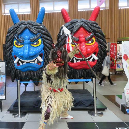秋田駅では なまはげがお出迎え | 秋田