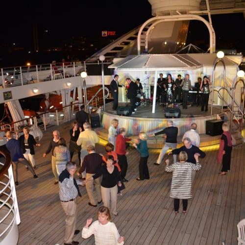 食後はダンスタイム | 客船シーボーン・スピリットの乗客、アクティビティ、船内施設