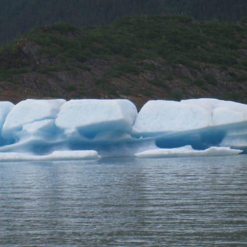 青くみえるのは、氷河はすごい圧力がかかって密度が濃いので青い色だけ通すとのこと。とてもきれいです。