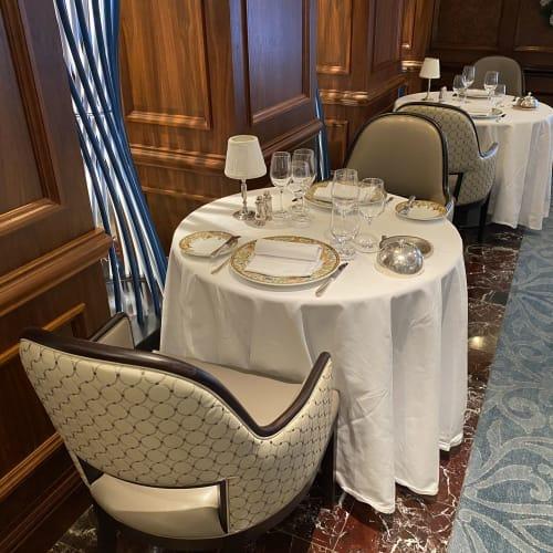 メインダイニングは2人がけテーブルが多めでした。大皿はベルサーチ。 | 客船シィレーナのダイニング