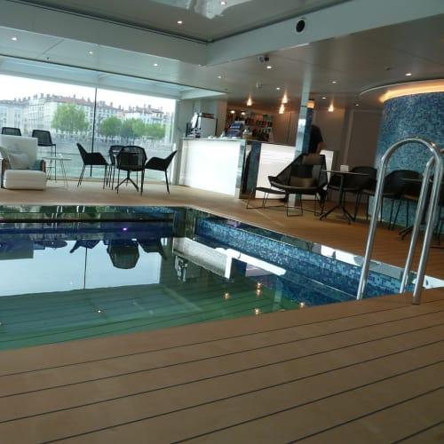 船のプール。水着を持たなかったことが残念に思えました。 | 客船エメラルド・リベルテの船内施設