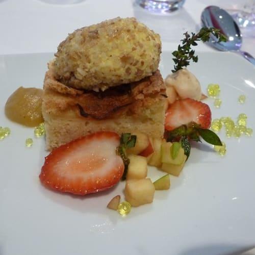 デザートは祖母伝来のオリーブオイルのお菓子。 | 客船エメラルド・リベルテのダイニング、フード&ドリンク