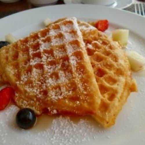 朝食で作ってもらったワッフル | 客船シーボーン・オデッセイのダイニング、フード&ドリンク
