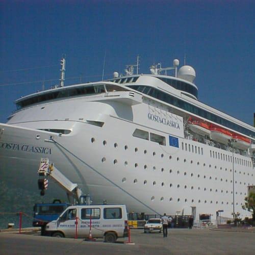 バーリの港にて | バーリでの客船コスタ・クラシカ