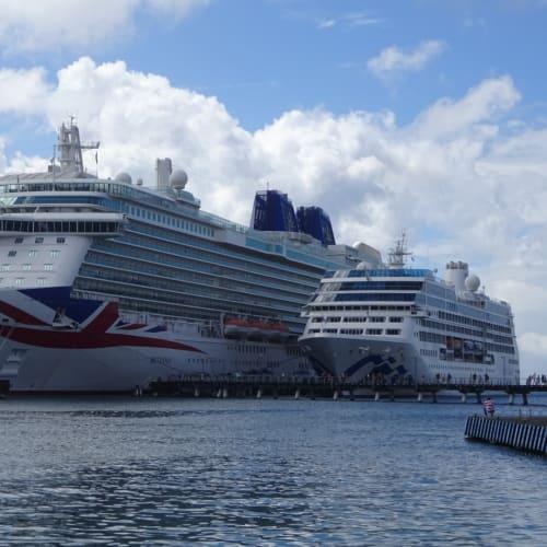 港からの迫力が凄いです。 | フォール=ド=フランス(マルティニーク)での客船ブリタニア