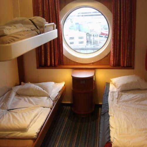 一応試しに全てのベッドを広げてみました。右のソファーベッドも、背もたれを壁側に引き上げることで広くなりました。 | 客船バルティック・プリンセスの客室