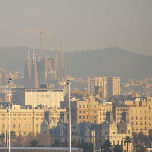 船のデッキから望むサグラダファミリアが、観光への期待感を膨らませます。 | バルセロナ