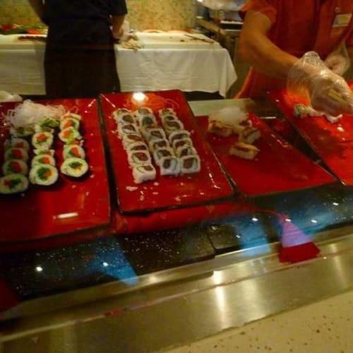 体調の悪いときはそうおいしいものでなくてもブッフェにお寿司があるのはありがたかった。 | 客船ザーンダムのブッフェ、フード&ドリンク