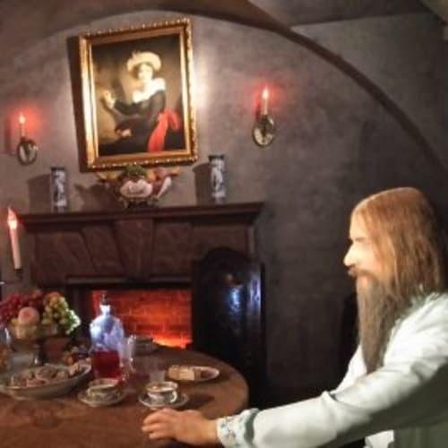 ラスプーチンが暗殺された宮殿で、ユースポフ候とラスプーチンの様子が 人形で再現されていました。 | サンクトペテルブルク