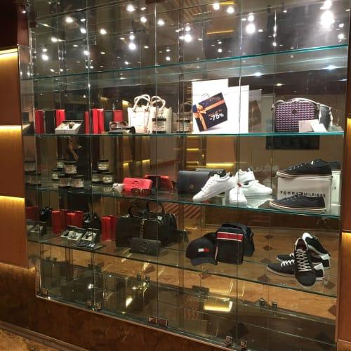 廊下にある免税店ショーケース(お店の写真撮り忘れました)時計、鞄、服、香水がメインです。お店はもう少し華やかです。