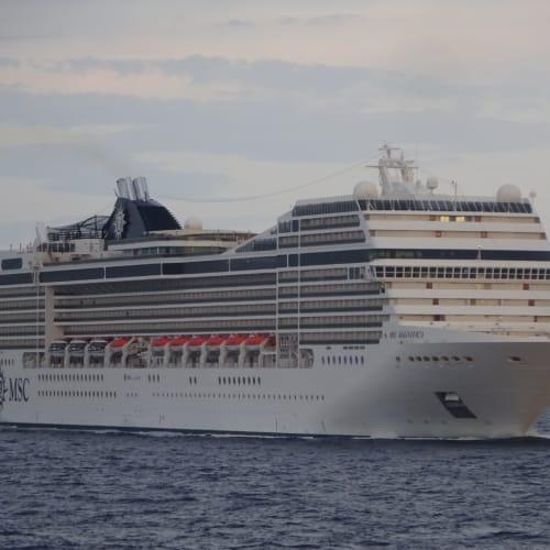 大きい! MSC 95,000 tonクラス、1,259室。 ポナンは92室の10,000 ton ですから大きく見える筈です。 | 客船MSCマニフィカの外観