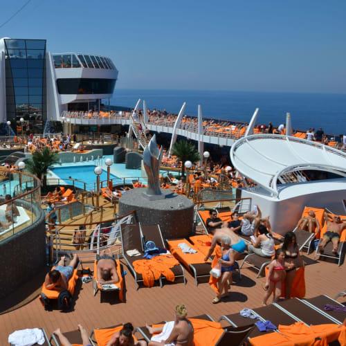 一般エリアはイベント等も開催、カジュアル船の楽しさも味わえる | 客船MSCディヴィーナの乗客、船内施設