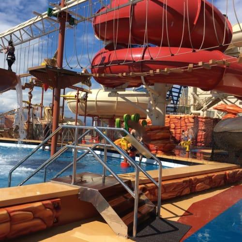 子供プールとヒマラヤン・ブリッジです。   客船MSCベリッシマの船内施設
