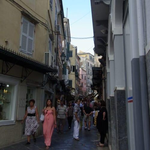 途中の小路にも沢山のお店と人々 | ケルキラ島(コルフ島)