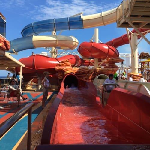 浮き輪を使うスライダー。赤コースと白コースがあります。 別に、浮き輪なしで滑る小さめスライダーも。   客船MSCベリッシマの船内施設