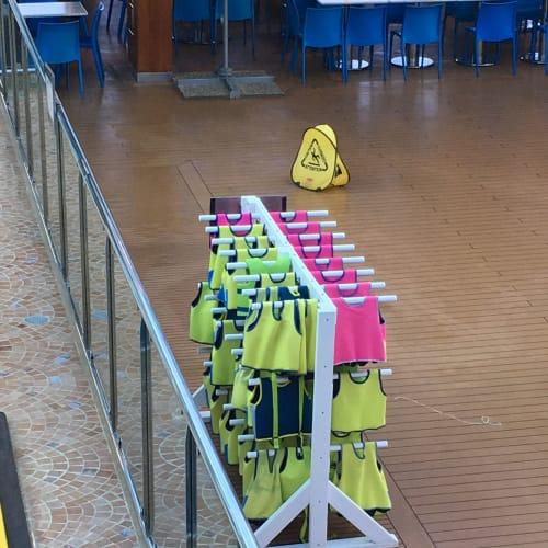 プール横にある子供用着る浮き輪