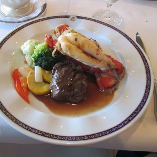メインレストランでの普通の食事でもステーキと海老がいっぺんに食べられます。 | 客船ロッテルダムのダイニング、フード&ドリンク