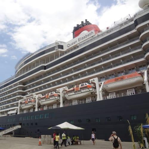 アロタウ (パプアニューギニア)  | アロタウでの客船クイーン・エリザベス