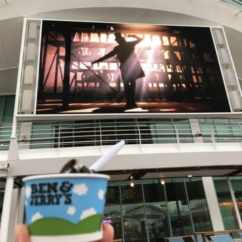 アイスを食べながら映画鑑賞!   客船ボイジャー・オブ・ザ・シーズのフード&ドリンク、アクティビティ、船内施設