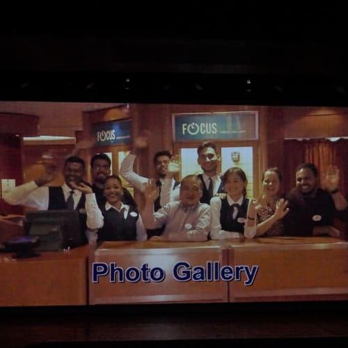裏ではこんなことやっています(たいていはふざけてるか遊んでる)、カメラを向けられると慌てて笑顔で手を振るというパターンが続きます。 | 客船ブリリアンス・オブ・ザ・シーズのクルー、アクティビティ