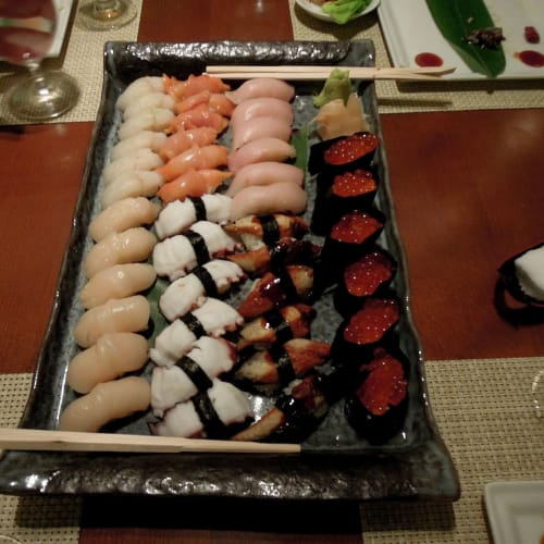 まるで日本のお寿司屋さんで食べているようである | 客船クリスタル・セレニティのダイニング、フード&ドリンク