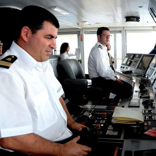 キャプテンの案内でロストラルの操舵室見学 | 客船ロストラルのクルー、船内施設